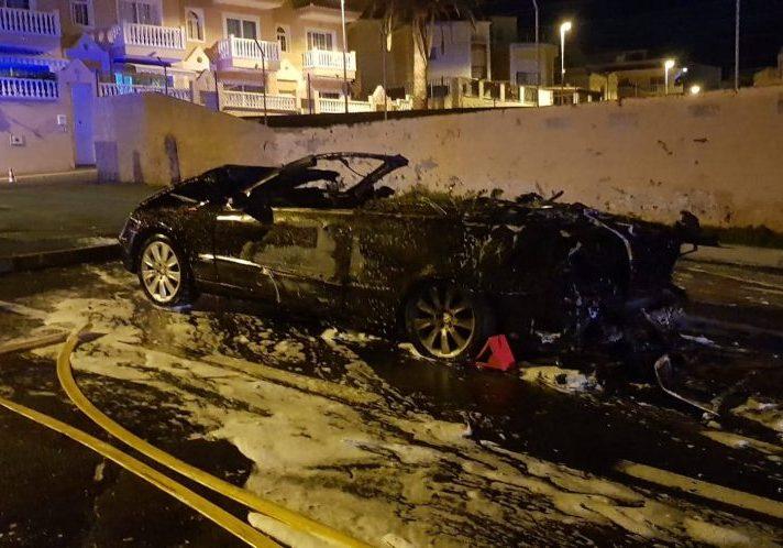 Incendio de un vehículo en Los Olivos, Adeje
