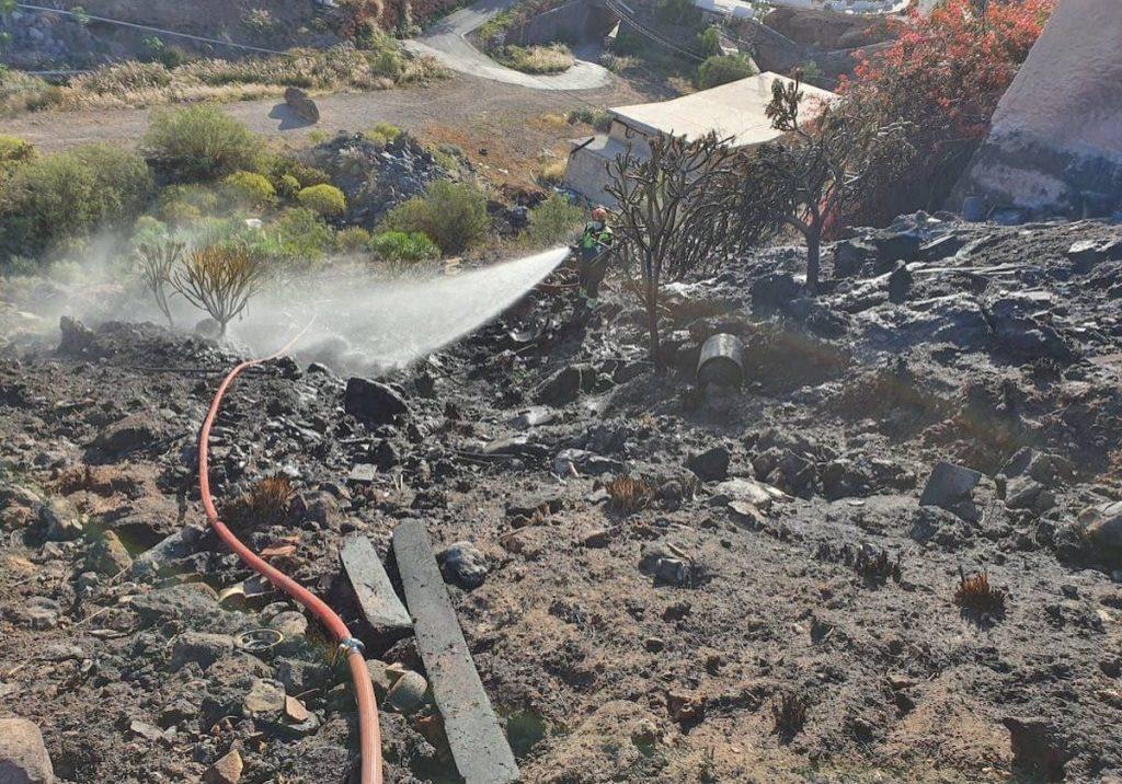 incendio de rastrojos reportado en una ladera a la entrada de Playa Paraíso en Adeje